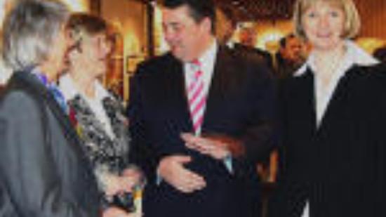 MdB Hedi Wegener, Ortsvereinsvorsitzende Hiltrud Lotze, Bundesumweltminister Sigmar Gabriel und Landtagskandidatin Andrea Schröder-Ehlers (v.l.n.r.)