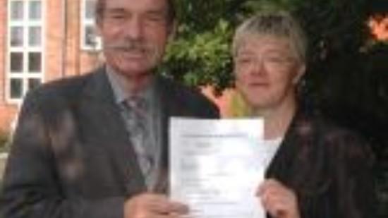 Bürgermeister Bernd Fischer und Hiltrud Lotze mit dem Dachnutzungsvertrag