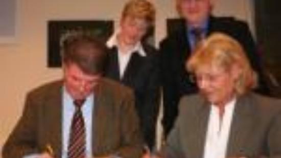 Heiko Dörbaum (vorne links) und Hiltrud Lotze (hinten links) unterzeichnen für die SPD Lüneburg